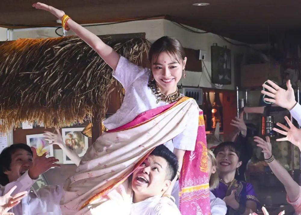 【日劇】《對面的爆紅家族》第二集~第三集:席捲而來的印度歌舞,網路時代的彼此矛盾 (EP02~EP03)